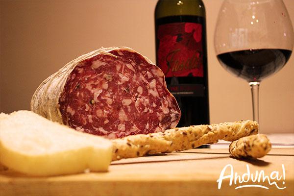 salame con grissini e vino rosso