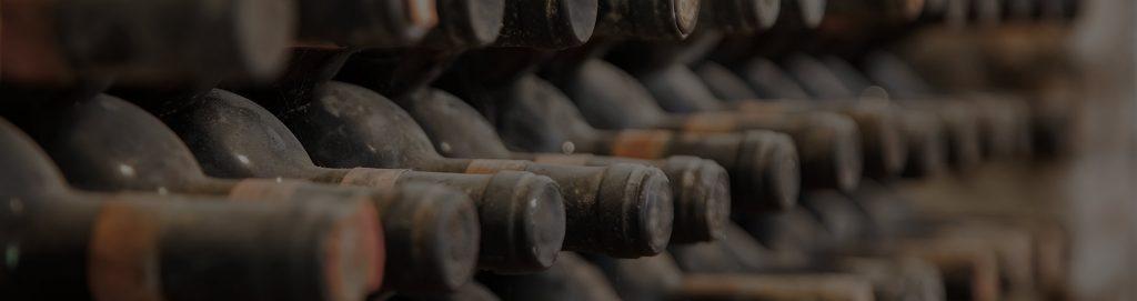 Bottiglie di vino lasciato a decantare in cantina