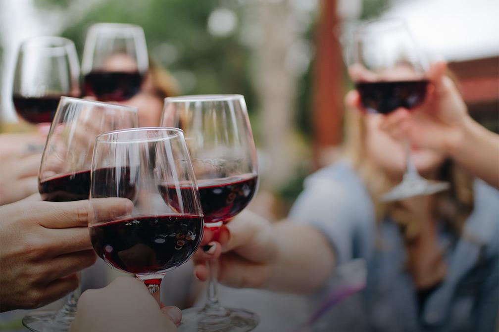 degustazione di calici vino rosso del Monferrato