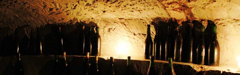 bottiglie di vino in un infernot in monferrato
