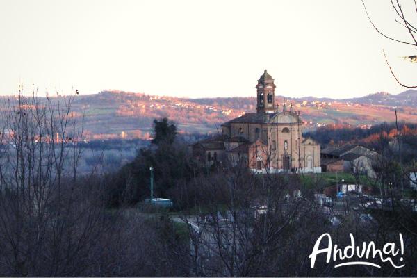 chiesa sulle colline al tramonto