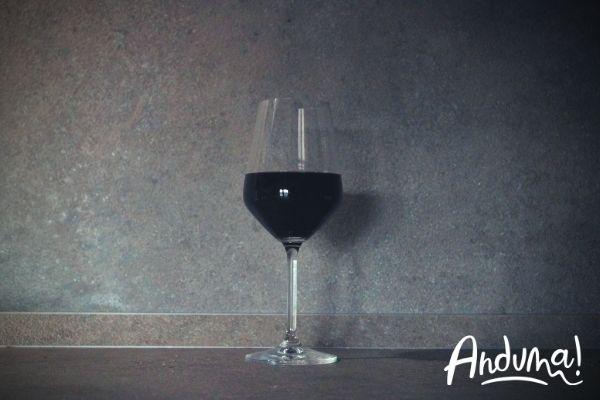 bicchiere di vino rosso del piemonte