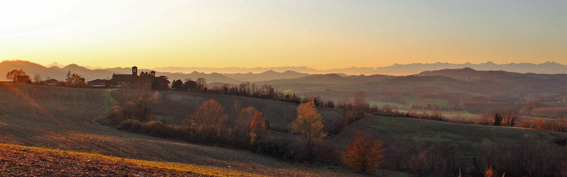 vista sulle colline del monferrato al tramonto