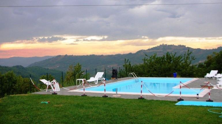 piscina di agriturismo sulle colline del Monferrato